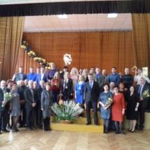 Mokyklos absolventai su mokyklos administracija ir mokytojais.