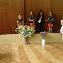 Meno mokyklos moksleivių sveikinimas.