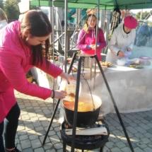 Žemės ūkio mokiniai verda sriubą.